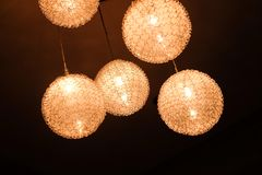 En hängande lampa planläggs i en runda och en högkvalitativ form Arkivfoto