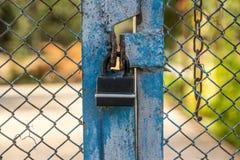En hänglås av den gamla stilen på porten fotografering för bildbyråer