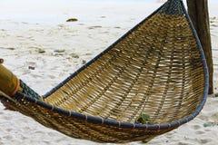 En hängmatta som göras från bambu för att koppla av arkivbild