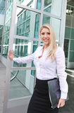 En härlig affärskvinnaöppningsdörr Royaltyfria Foton
