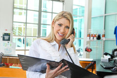En härlig affärskvinna som talar på telefonen Fotografering för Bildbyråer