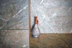 En härlig antik tillbringare, en vas står i hörnet av rummet på en marmortabell royaltyfri foto