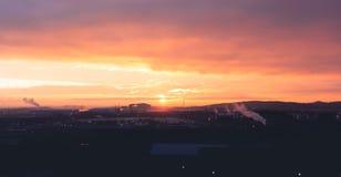 En härlig apelsin och en purpurfärgad soluppgång över Sheffields industriområde arkivbilder