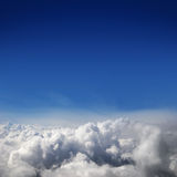 En härlig bakgrund för blå sky med vita oklarheter Arkivbilder