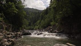 En härlig bergflod lager videofilmer