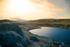 En härlig bergsjö som är hög ovanför havsnivån i Norge Royaltyfria Bilder