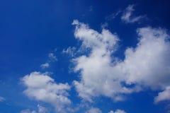 En härlig blå himmel Arkivbilder