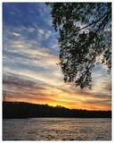 En härlig blått- och guldsoluppgång över en fridsam flod Fotografering för Bildbyråer