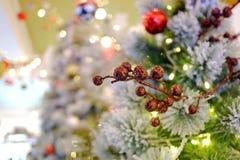 En härlig blommaprydnad som hänger från en vit julgran royaltyfria bilder