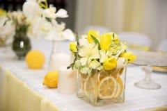 En härlig brölloptabellgarnering med den stiliserade citronen Arkivfoto