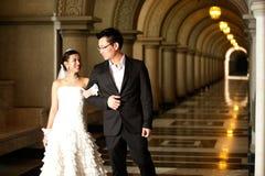 En härlig brud och en stilig brudgum på kristen kyrktar under bröllop. arkivfoton