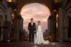 En härlig brud och en stilig brudgum på kristen kyrktar under bröllop. royaltyfria foton