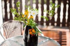 En härlig bukett av handen valde lösa blommor arkivfoton