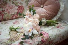 En härlig bukett av rosor som ligger på soffan fotografering för bildbyråer