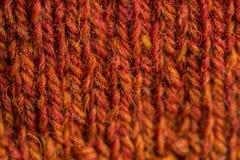 En härlig closeup av en hand stack den varma och mjuka ullmodellen Mjuka sockor eller halsduk av naturlig ull arkivbilder