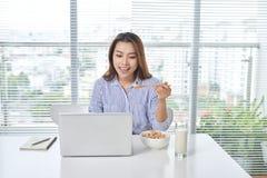 En härlig dam som sitter på en tabell white för kontor för livstid för bild för bakgrund 3d stäng stället som skjutas upp arbete royaltyfria foton