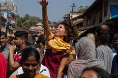 En härlig flicka hoppar ut ur folkmassan på beröm Maha Shivaratri Indien Karnataka, Gokarna Februari 201 Arkivbilder