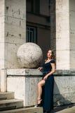 En härlig flicka i en blå klänning går i parkera Fotografering för Bildbyråer
