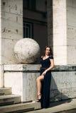 En härlig flicka i en blå klänning går i parkera Royaltyfria Foton