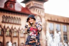 En härlig flicka i ett ljust mång--färgat lag i regnigt väder royaltyfria foton