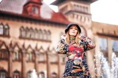 En härlig flicka i ett ljust mång--färgat lag i regnigt väder royaltyfri fotografi