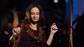 En härlig flicka i en glitterdans i en klubba arkivfilmer