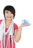 En härlig flicka med en kopp te Royaltyfria Bilder