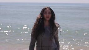En härlig flickaspring ut ur havet Enkropp sikt långsam rörelse arkivfilmer