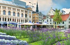 En härlig fyrkant i mitt av gammala Riga Royaltyfri Fotografi