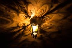 En härlig gammal lykta ger härliga skuggor på natten Bakgrund Arkivbild
