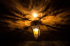 En härlig gammal lykta ger härliga skuggor på natten Bakgrund Royaltyfria Foton