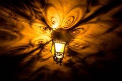 En härlig gammal lykta ger härliga skuggor på natten Bakgrund Arkivfoto