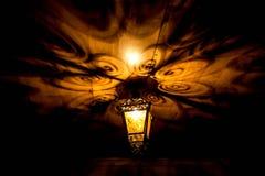 En härlig gammal lykta ger härliga skuggor på natten Bakgrund Fotografering för Bildbyråer