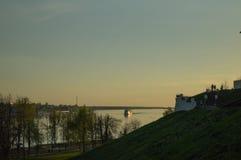 En härlig guld- solnedgång på floden Royaltyfria Bilder