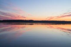 En härlig guld- solnedgång på floden Royaltyfria Foton