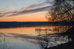 En härlig guld- solnedgång på floden Arkivbild