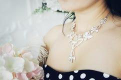 En härlig halsband på flickans hals arkivfoto
