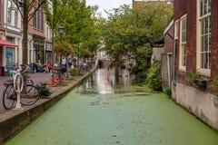 En härlig historisk gammal kanal i mitten av delftfajans, Nederländerna royaltyfri fotografi