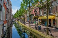 En härlig historisk gammal kanal i mitten av delftfajans, Nederländerna fotografering för bildbyråer