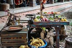 En härlig inställning med frukter och grönsaker royaltyfri foto