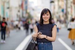 En härlig japansk dam i staden arkivfoto