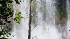 En härlig kaskadvattenfall i de kubanska djunglerna nära Cumanayagua lager videofilmer