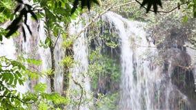 En härlig kaskadvattenfall i de kubanska djunglerna nära Cumanayagua stock video