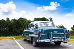 En härlig klassisk bil i Kuba under blå himmel Royaltyfria Foton