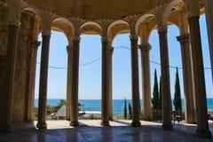 En härlig kolonnad på en övergiven drevstation i nya Athos, Abchazien Royaltyfria Foton