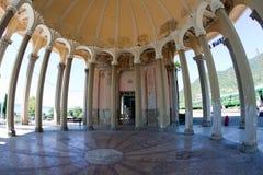 En härlig kolonnad på en övergiven drevstation i nya Athos, Abchazien Arkivfoton
