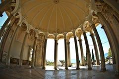 En härlig kolonnad på en övergiven drevstation i nya Athos, Abchazien Arkivfoto