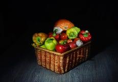 En härlig korg med grönsaker, i den mystiska halvljuset berättar oss: se vad mig har, vad I som är förberett för dig royaltyfri foto