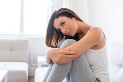 En härlig kvinna hemma på soffan royaltyfri fotografi