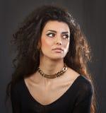 En härlig kvinna med en guld- halsband arkivbilder